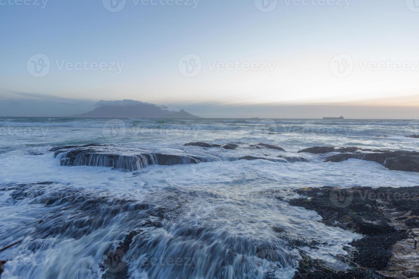 ondas quebrando sobre rochas foto