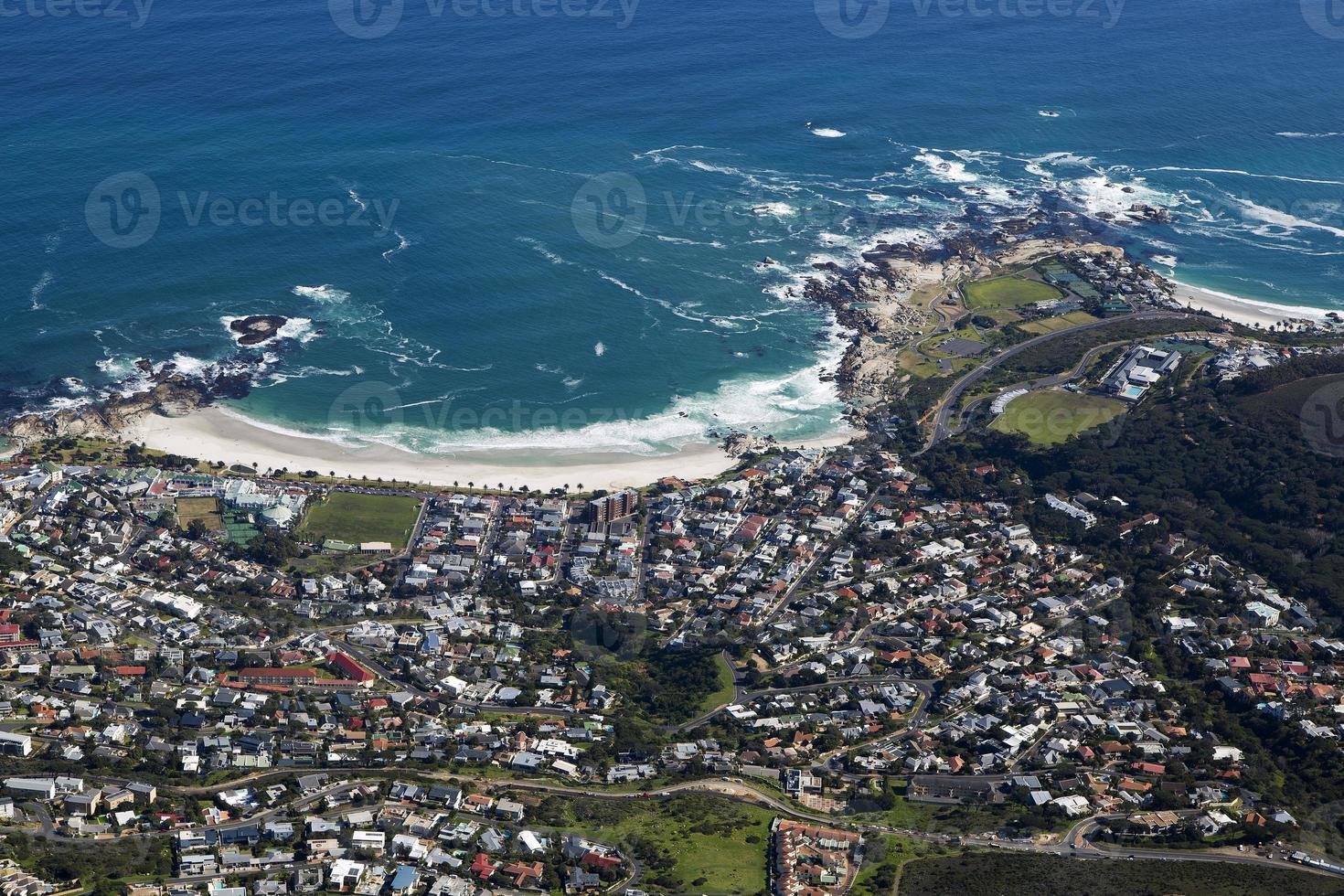 vista do topo da montanha da mesa, praia da baía de acampamentos foto