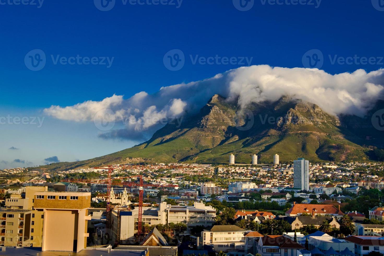 Table Mountain e sua famosa toalha de mesa, em Cape Town foto