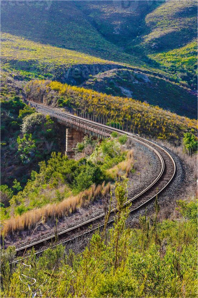 trilhos de trem sobre uma ponte (ferrovia) foto