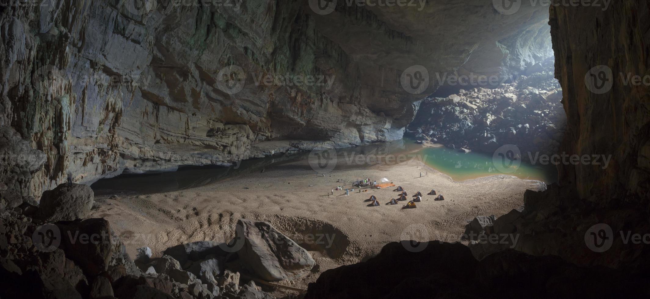 acampamento dentro da caverna foto