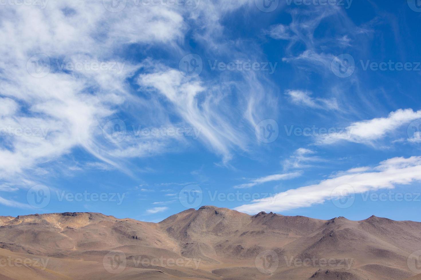 montanha do atacama com céu azul no parque eduardo avaroa foto