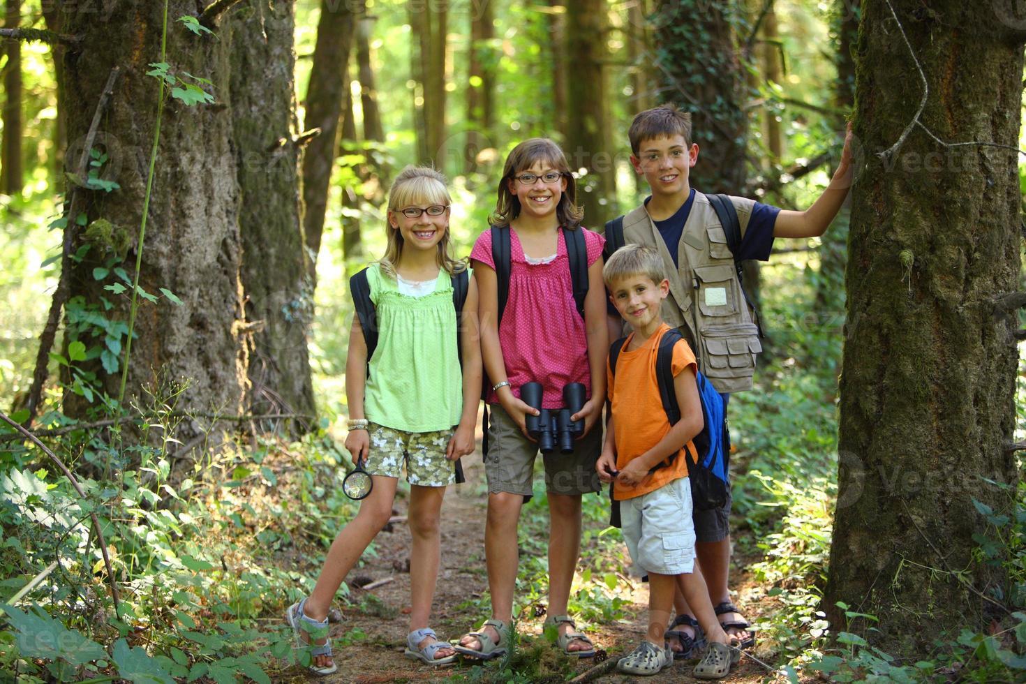 retrato de crianças na floresta foto