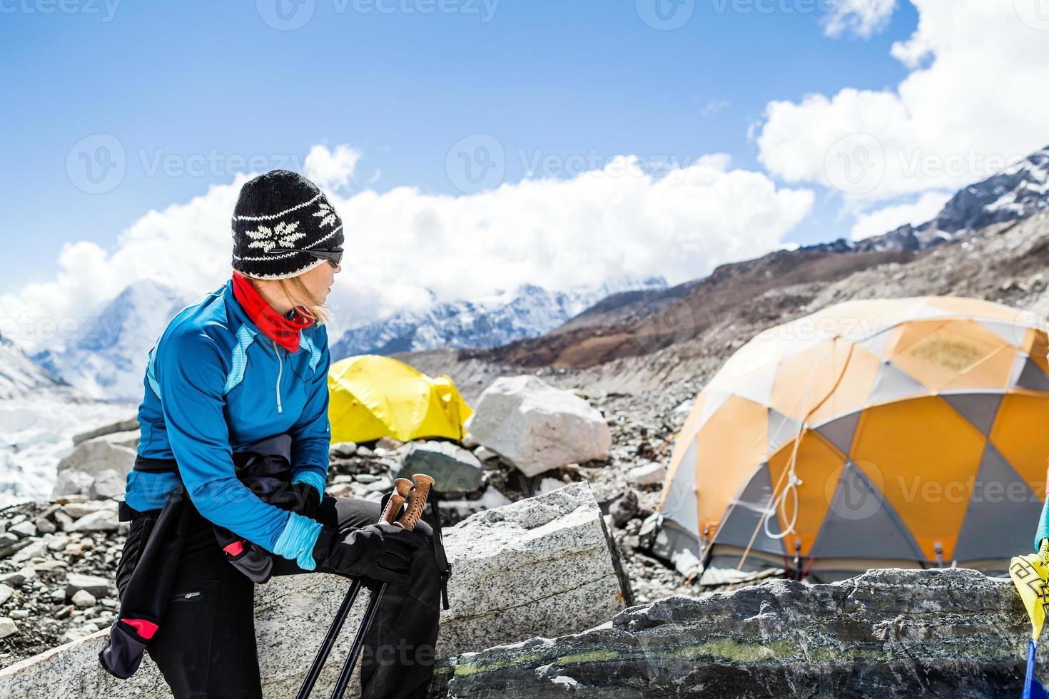 alpinista de mulher no acampamento base do everest foto