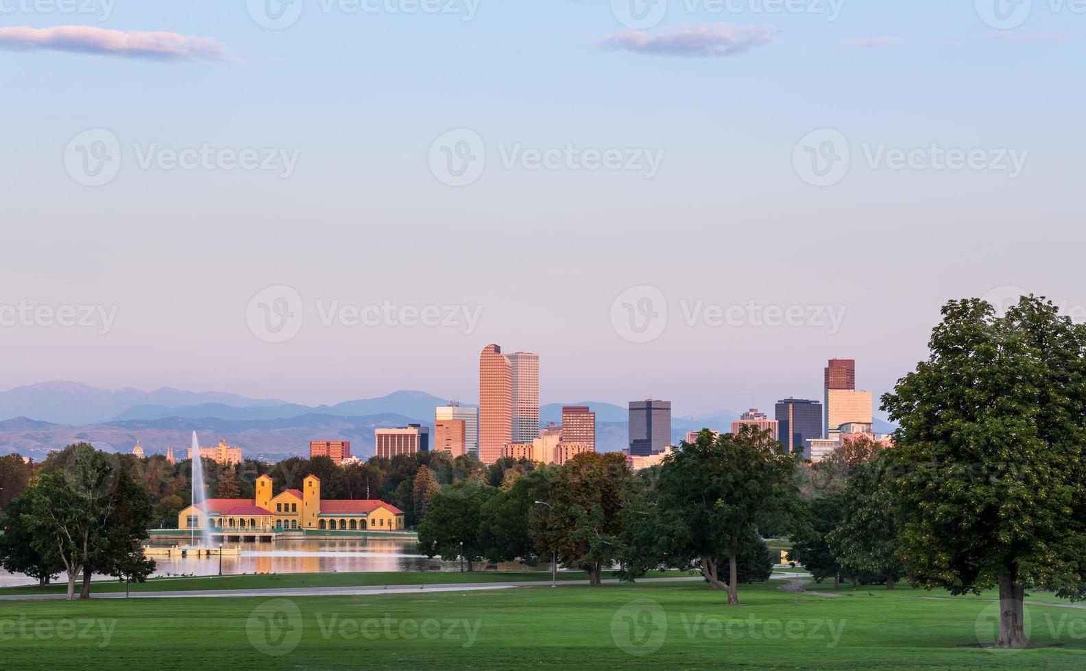 skyline de denver ao amanhecer foto