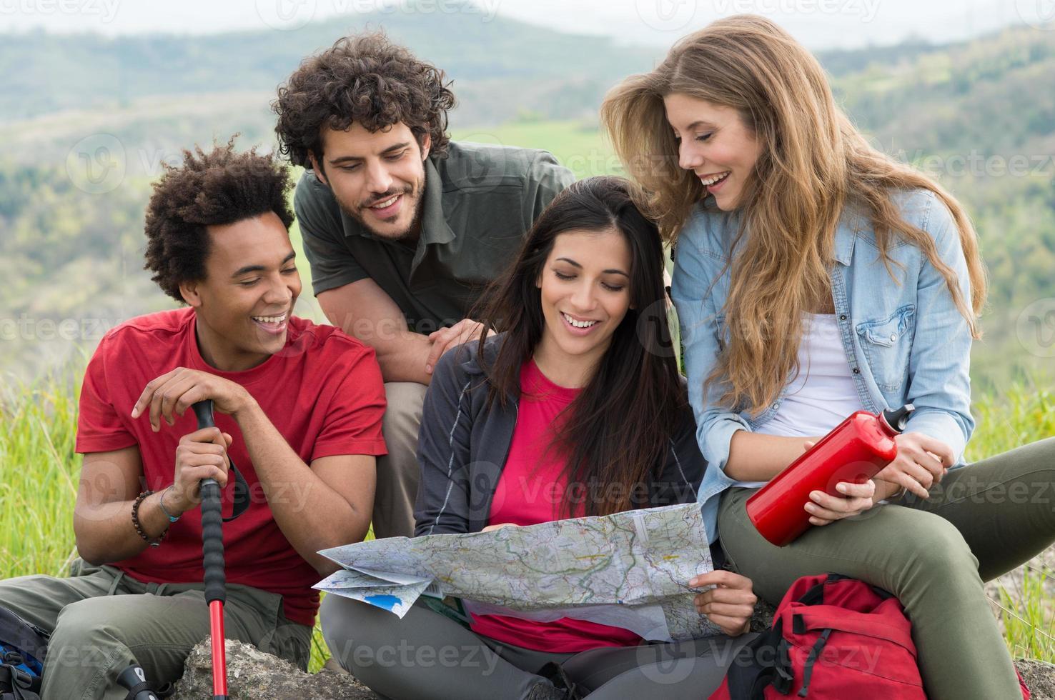 grupo de pessoas em viagem de acampamento foto