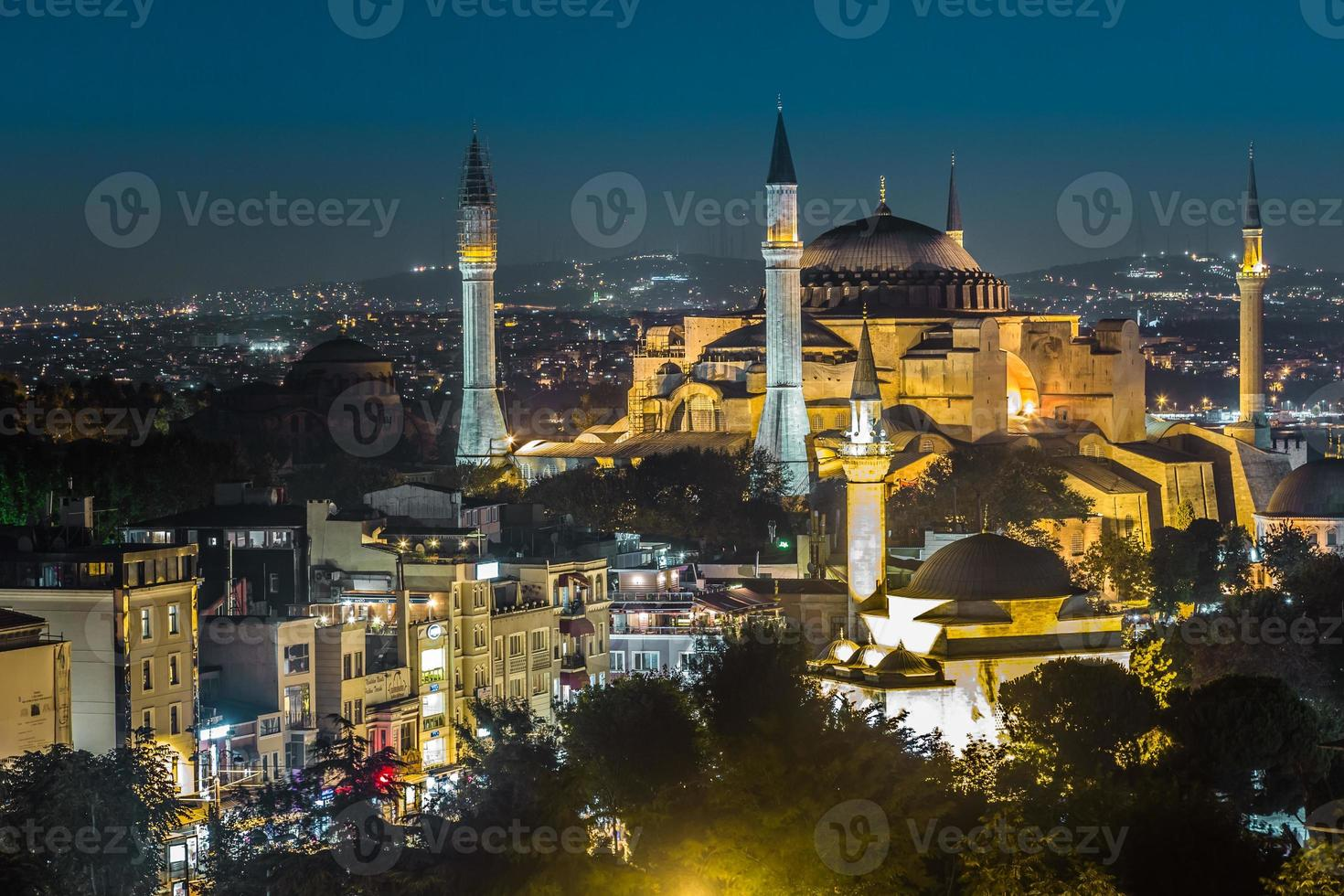 visão noturna da hagia sophia em Istambul, Turquia foto