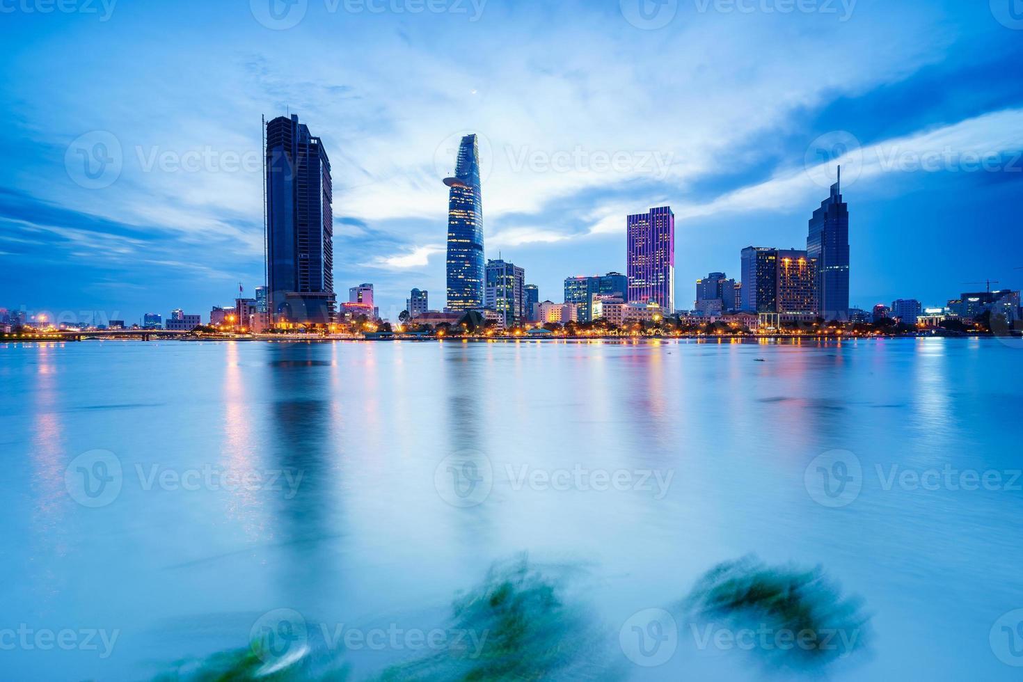 centro da cidade de saigon no crepúsculo, cidade de ho chi minh, vietnã foto