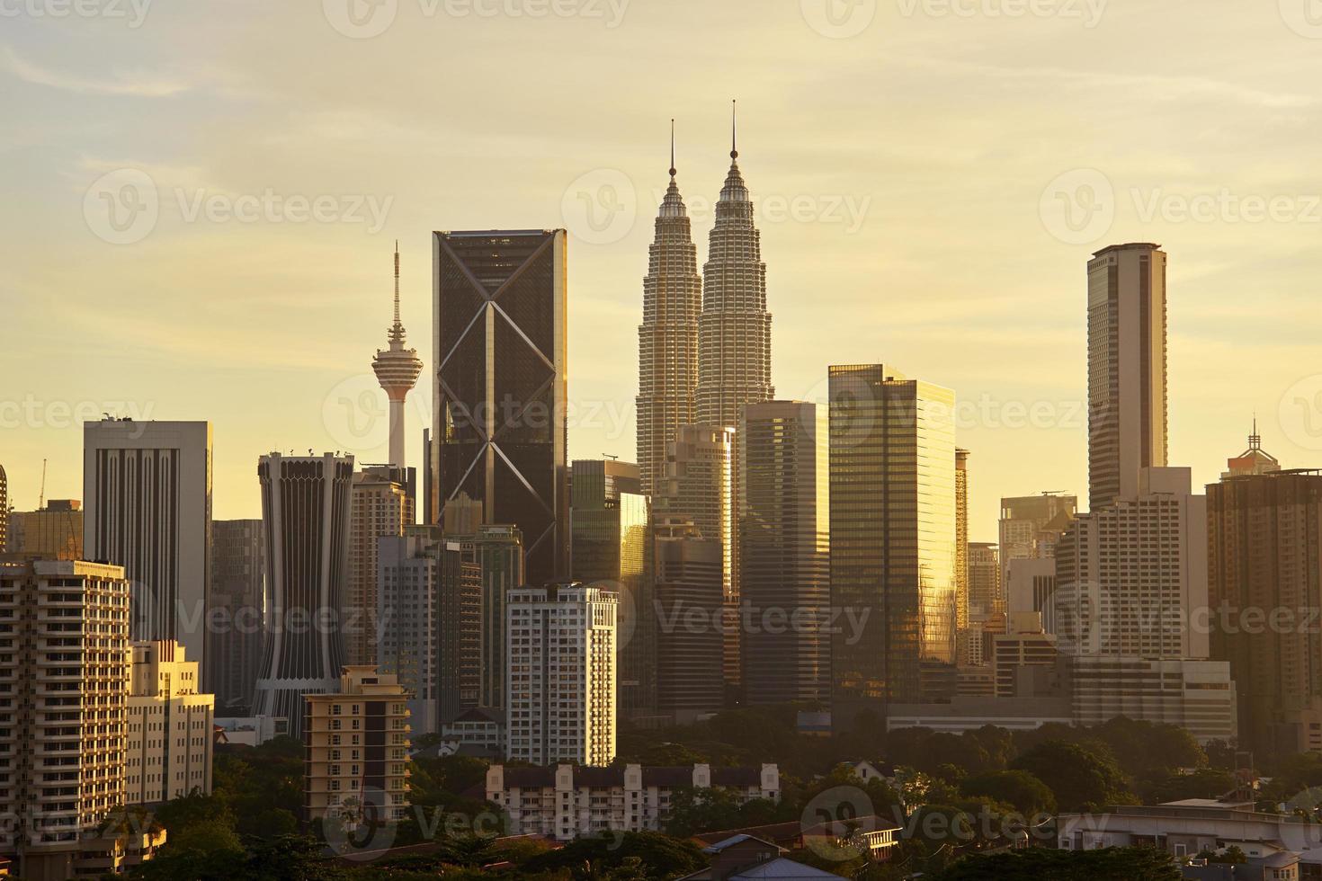 cenário dramático da cidade de kuala lumpur ao pôr do sol foto