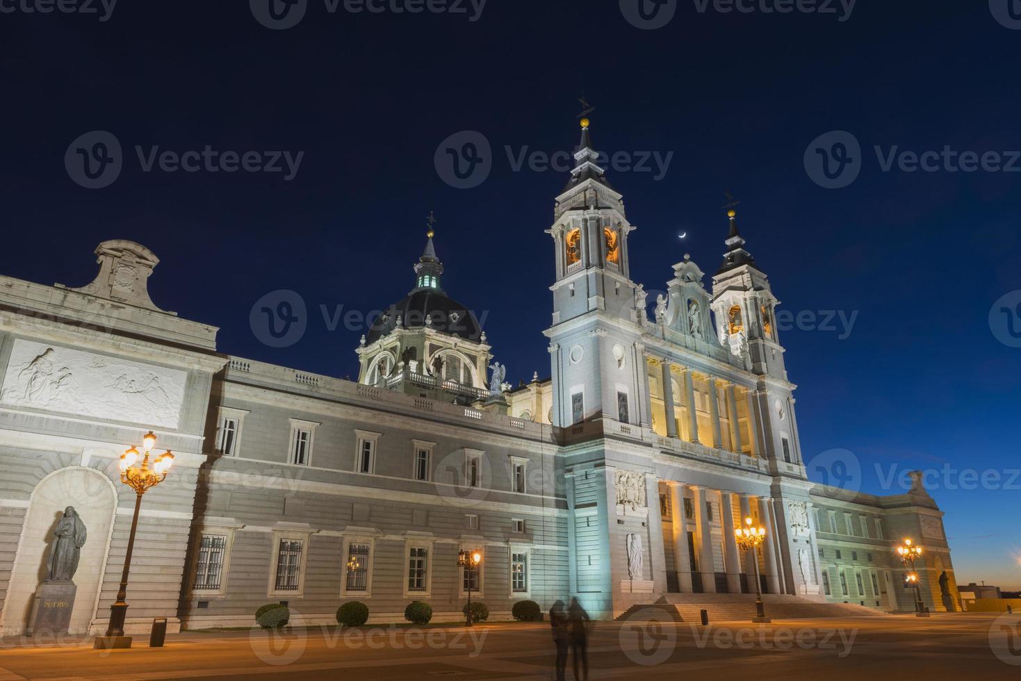 Catedral de Almudena à noite em madrid foto