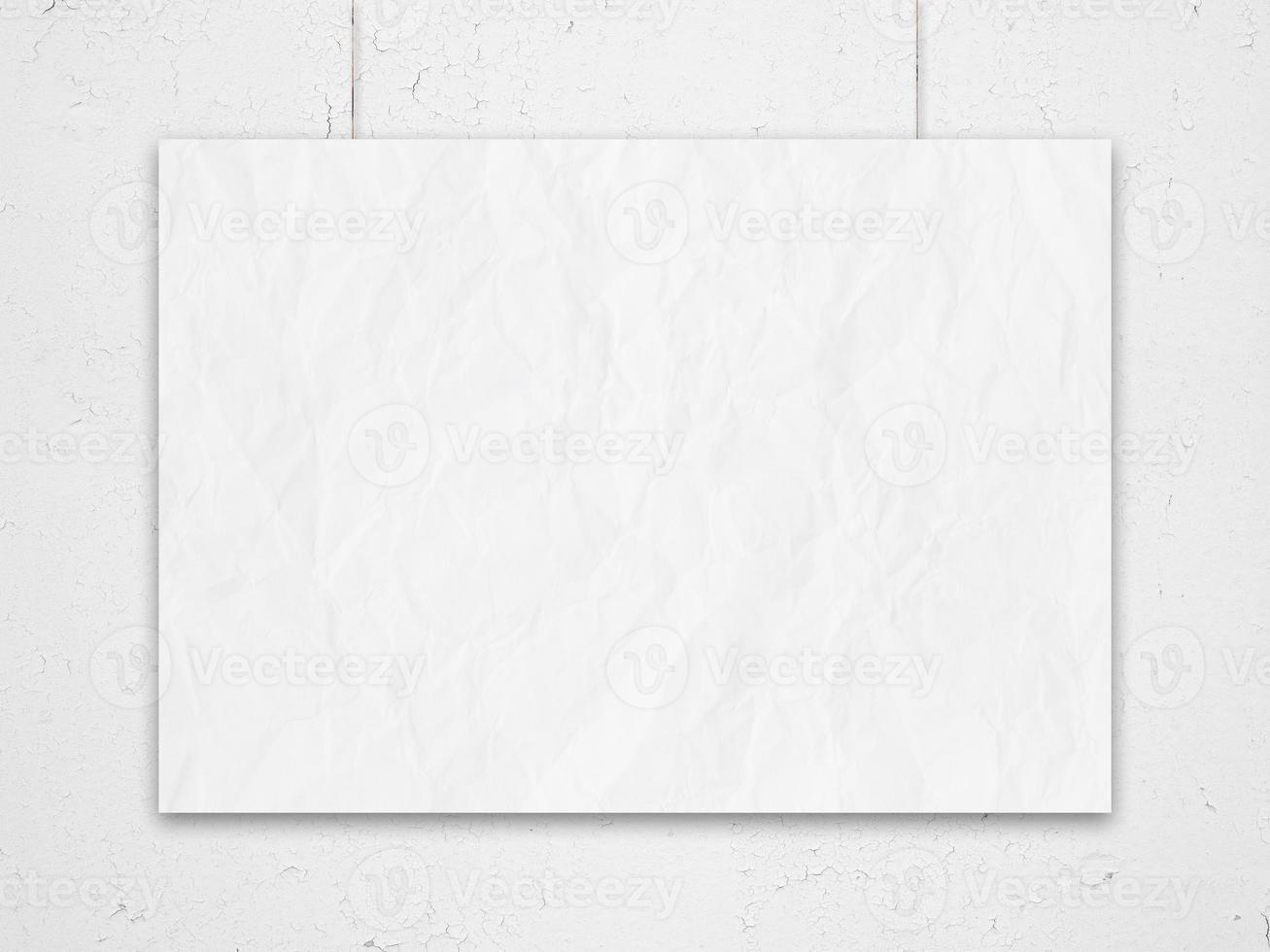 lista amassada branca pendurada na parede foto