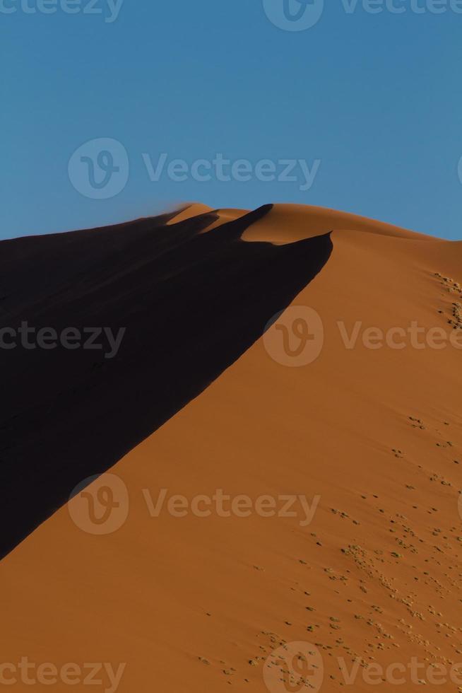 detalhe de uma duna de areia laranja foto