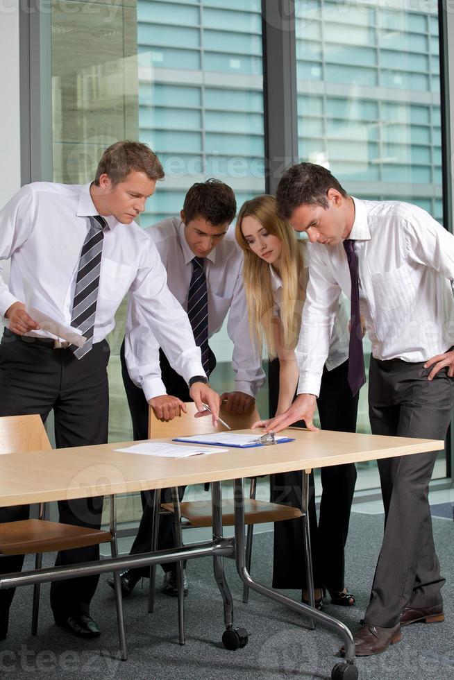 equipe de negócios olhando documento no escritório foto