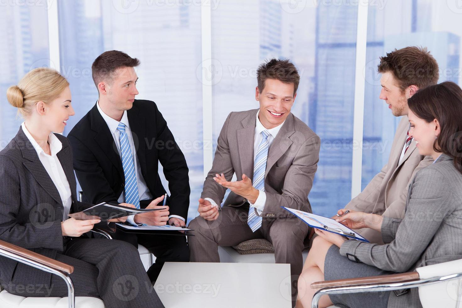 pessoas de negócios, discutindo no escritório foto