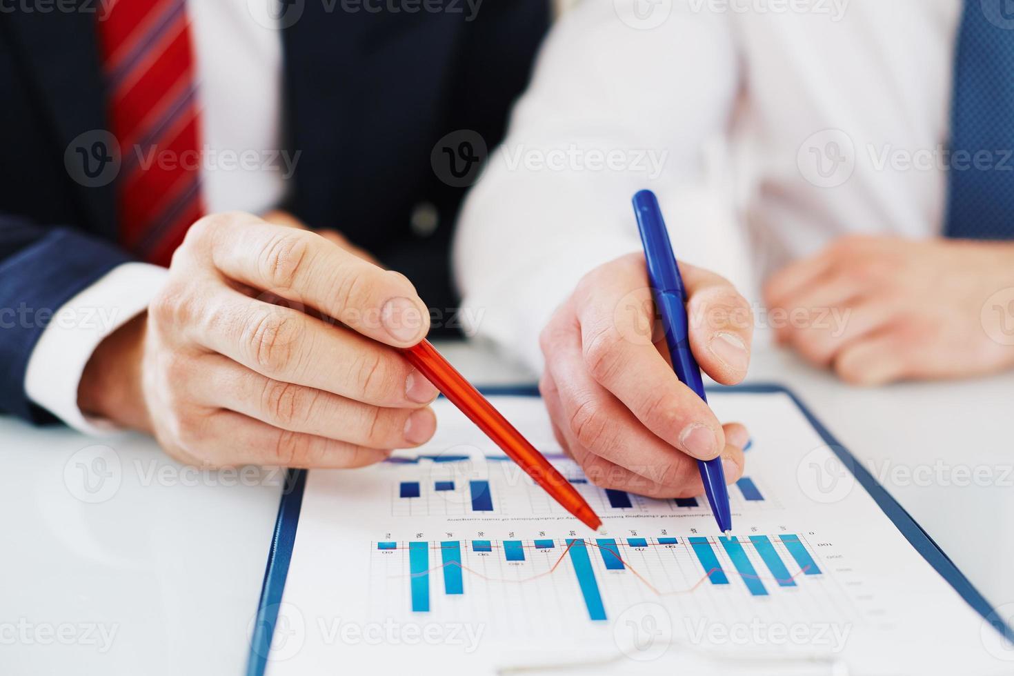 discutindo dados financeiros foto