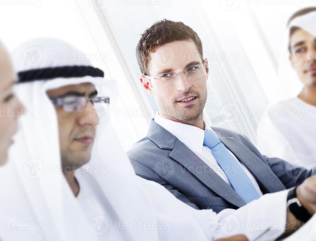 conceito de parceria de discussão de negócios globais internacionais foto
