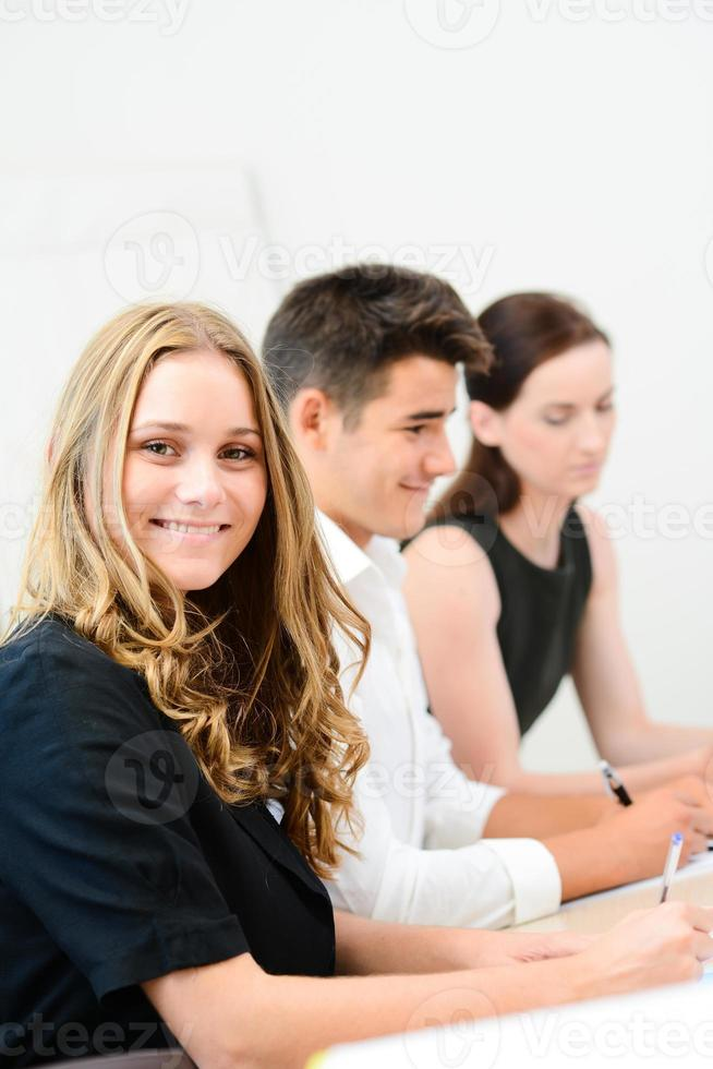 mulher de negócios jovem alegre com parceiros em uma sala de reuniões foto