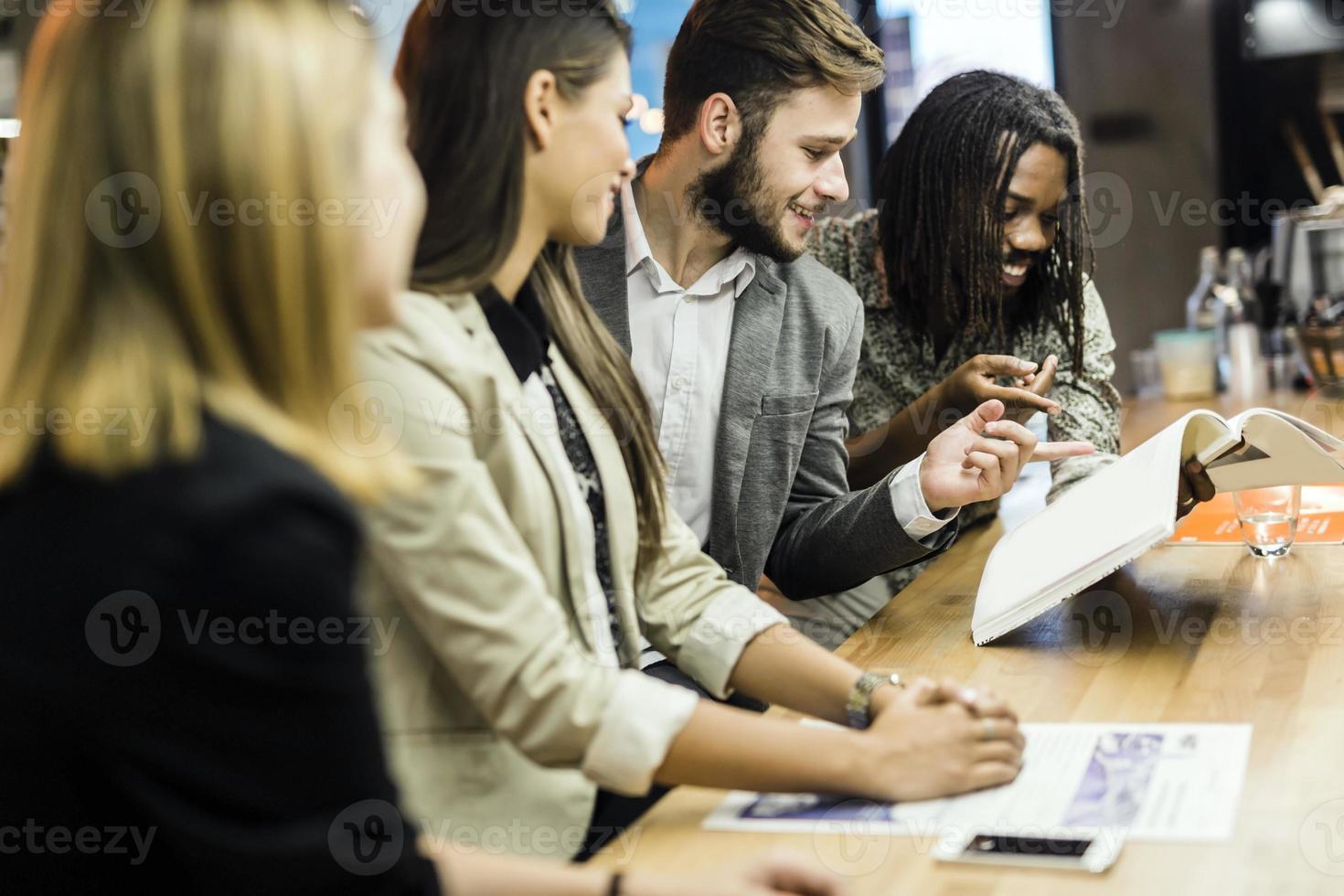 grupo de pessoas discutindo o conteúdo do artigo foto