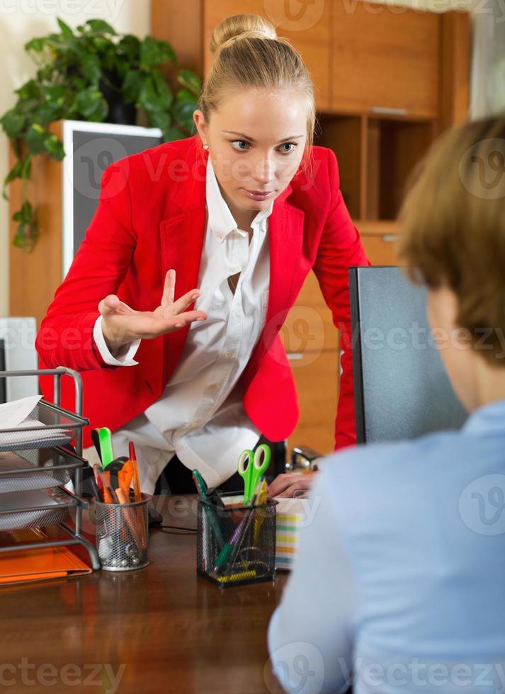 chefe nervoso ouvindo desculpas foto