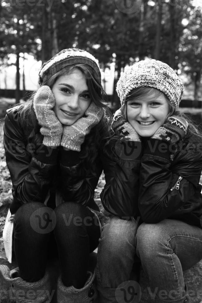 meninas adolescentes fora juntos foto