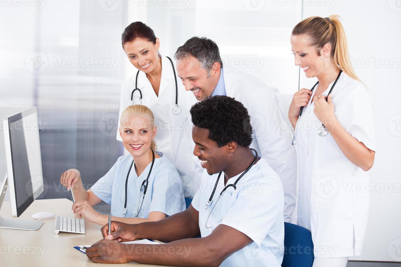 grupo de médicos trabalhando juntos foto