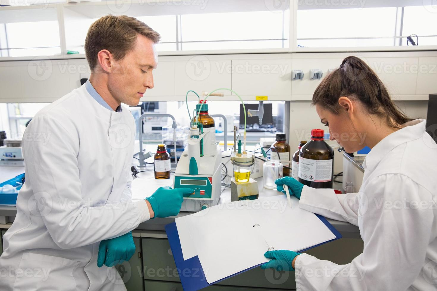 jovens cientistas conduzindo um experimento juntos foto