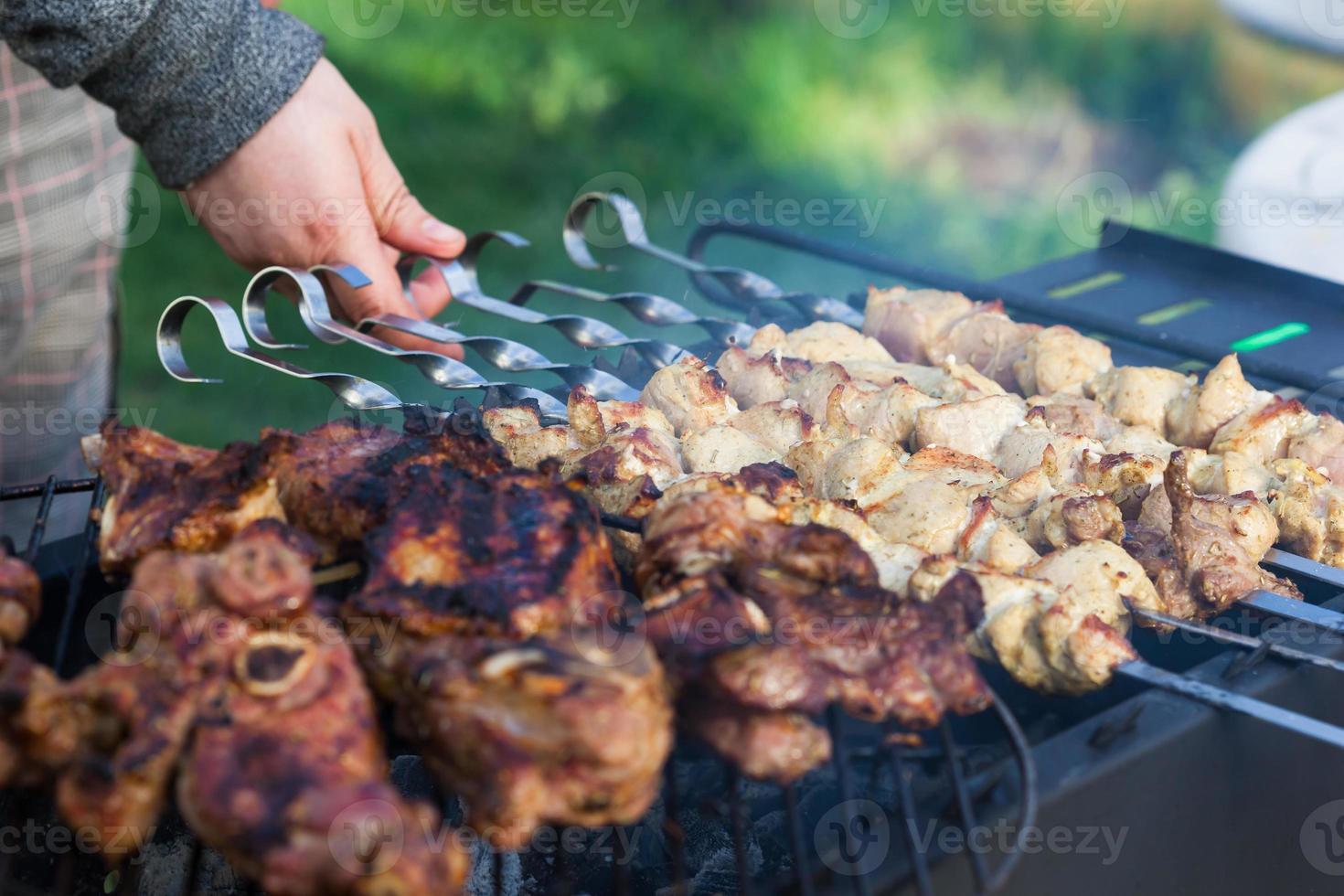 cozinhar shashlik grelhado no churrasco foto