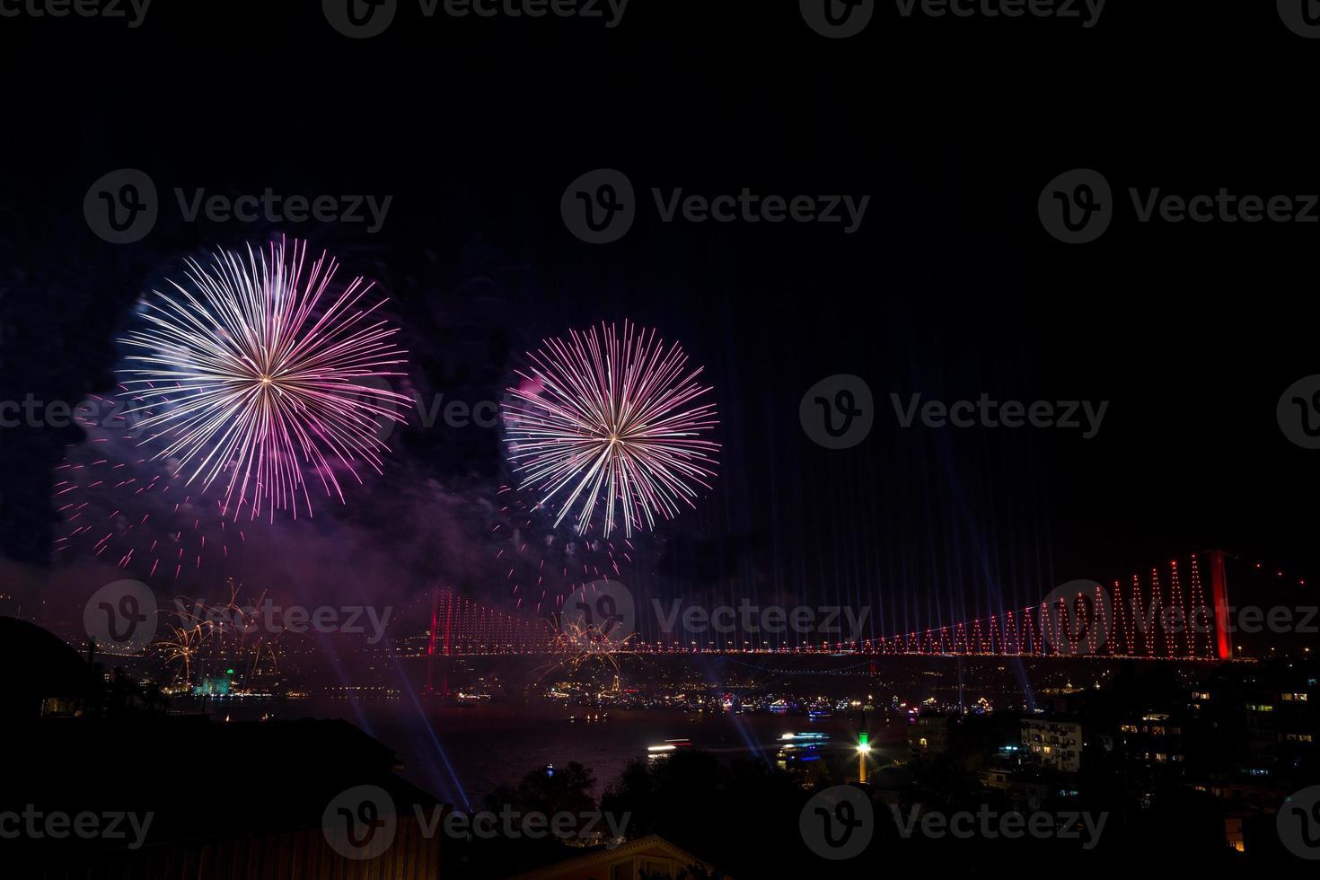 fogos de artifício sobre a ponte em Istambul, Turquia foto