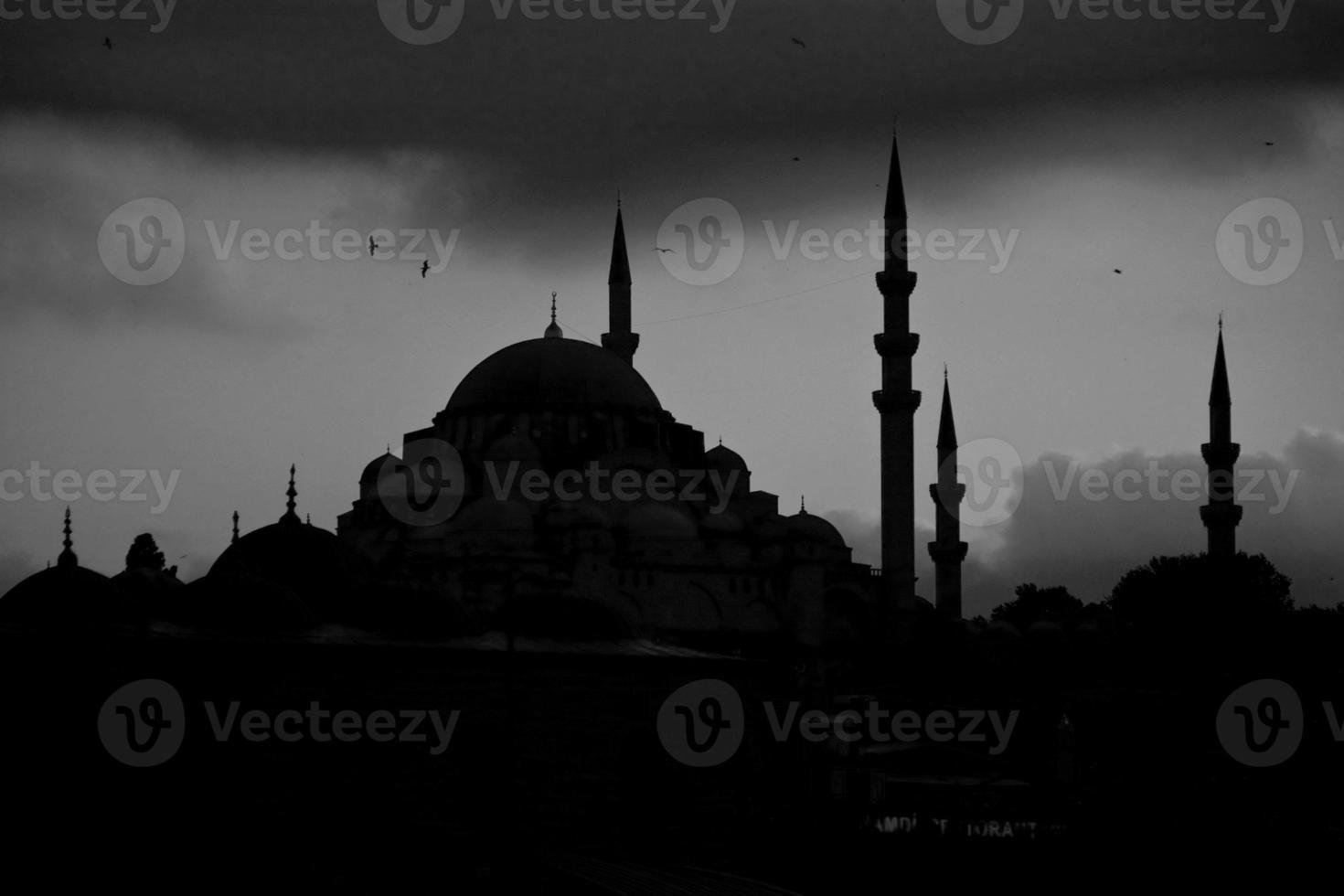 silhueta das mesquitas no horizonte de Istambul foto