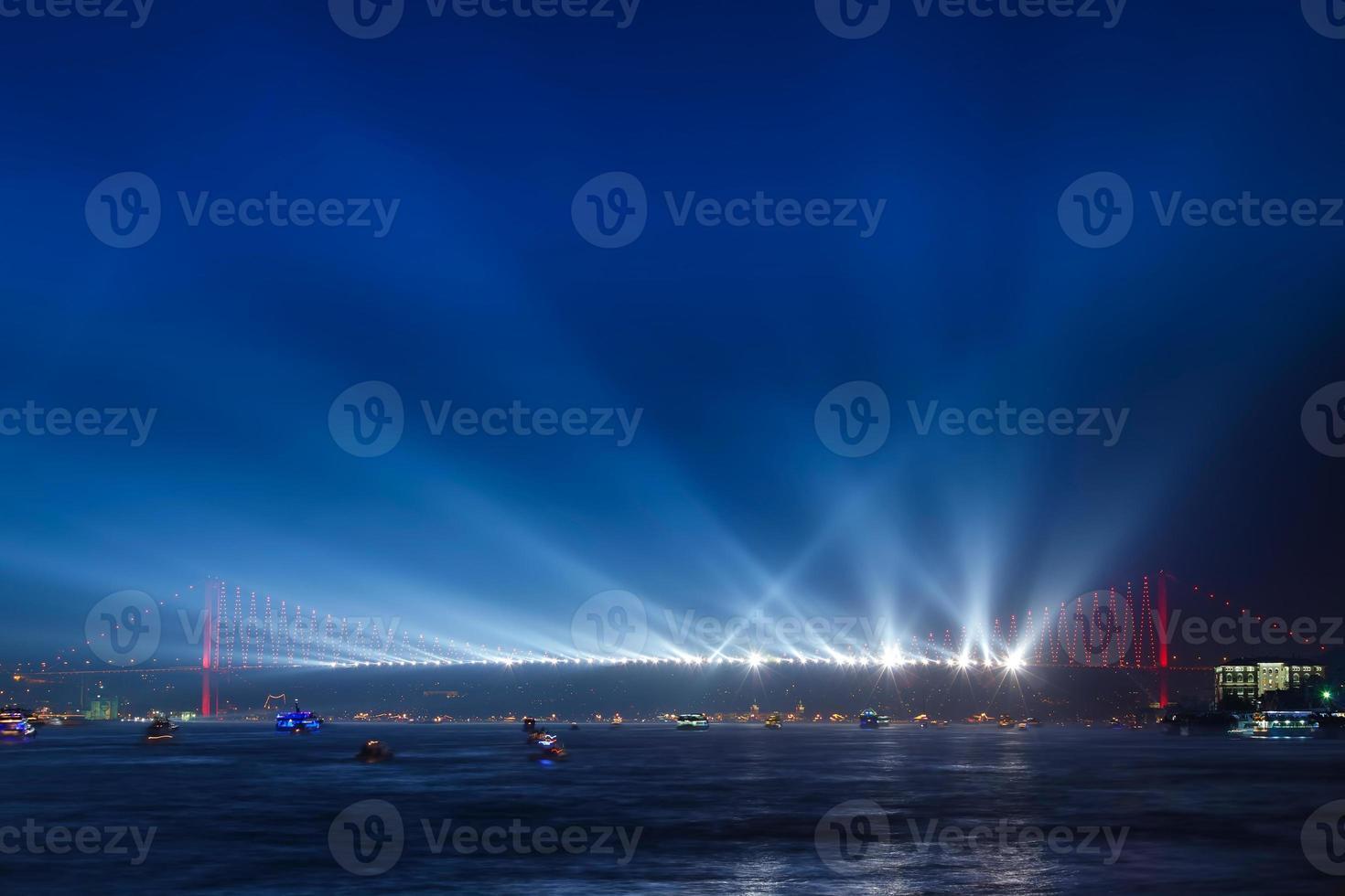 ponte do bósforo à noite foto