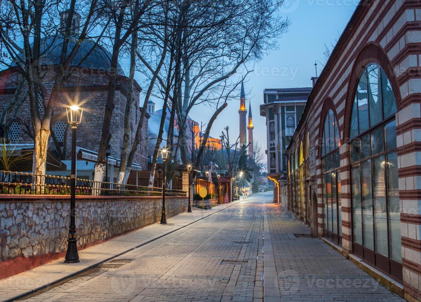 rua noturna que leva à mesquita foto