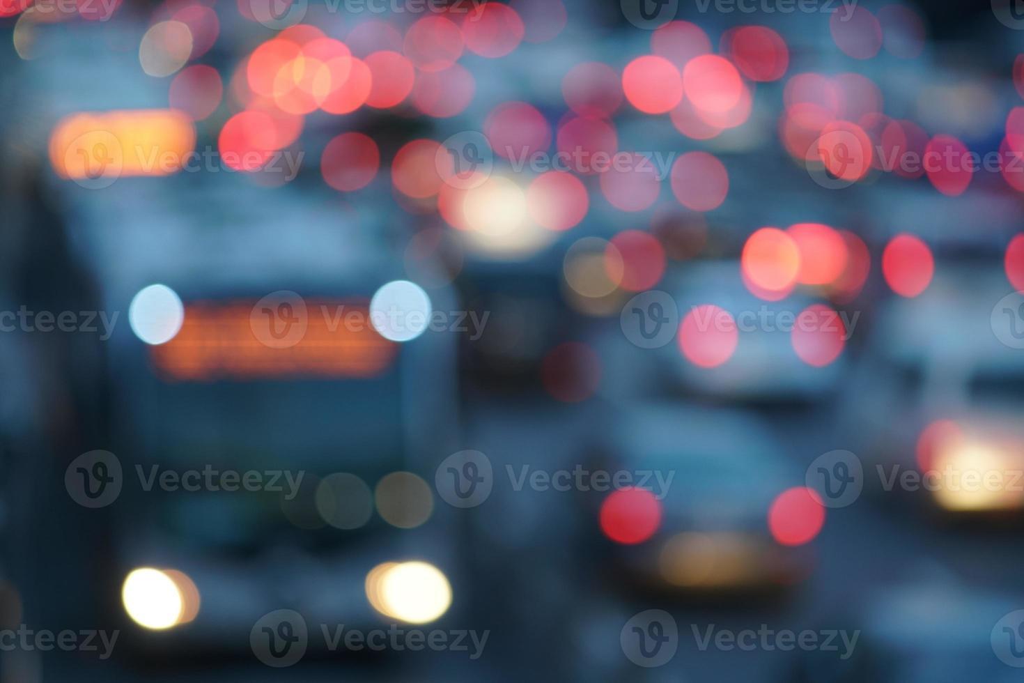 imagem desfocada do tráfego noturno foto