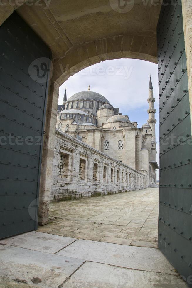 portão para o pátio da mesquita suleymaniye em Istambul 2015 foto