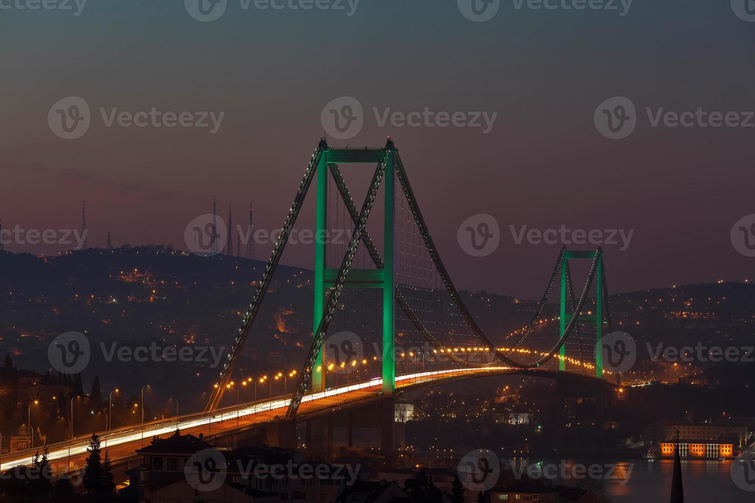 ponte do Bósforo e tráfego de manhã foto