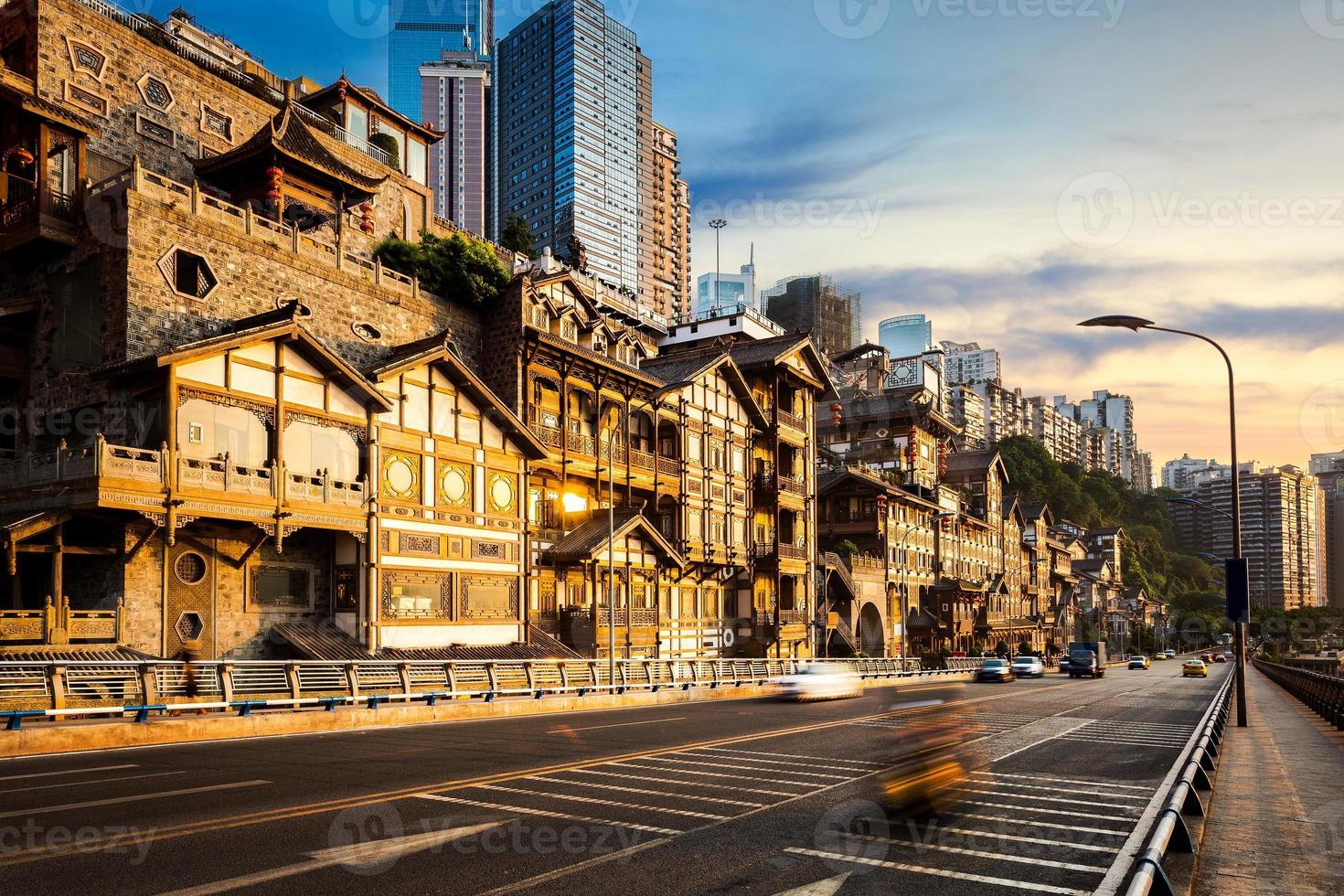 rua andando moderna em chongqing foto