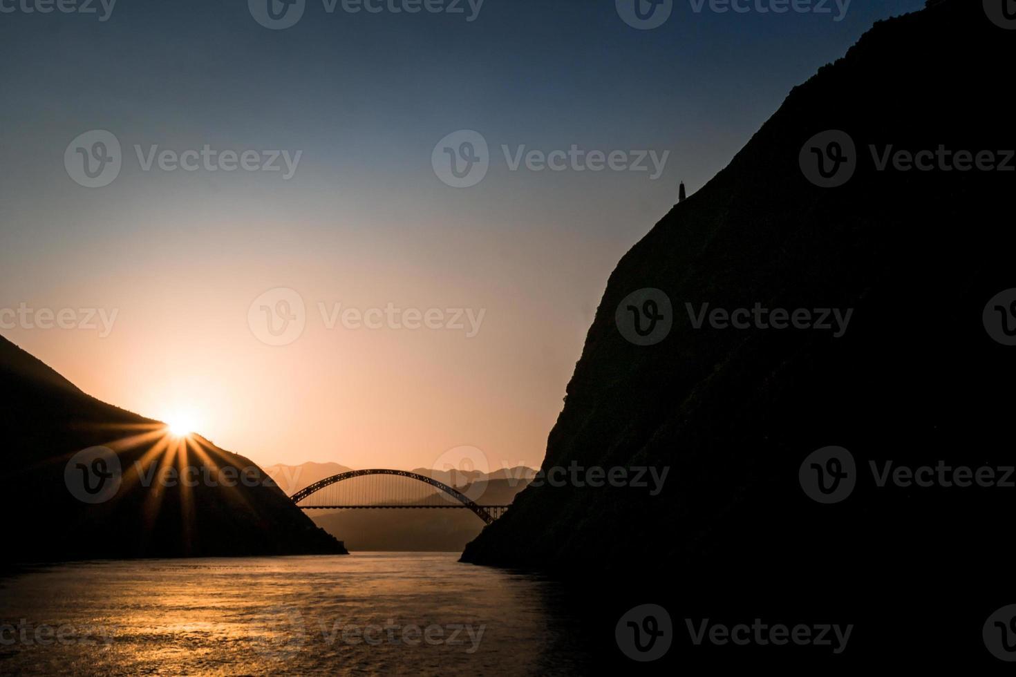 pôr do sol no rio yangzi foto