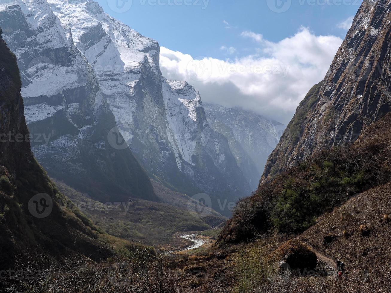 vale de modi khola, o caminho para o acampamento base de annapurna, nepal foto