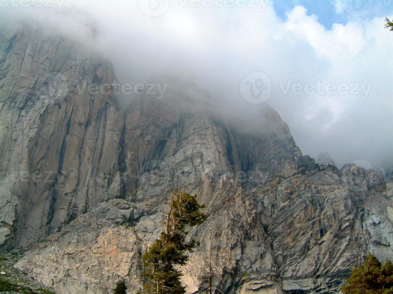 topo das montanhas nas nuvens foto