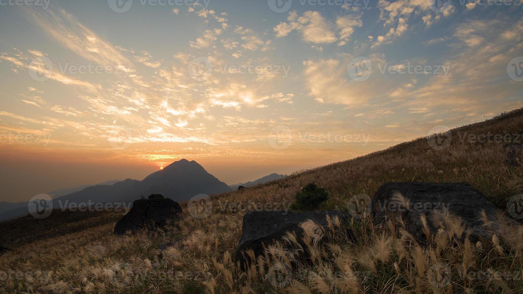 pôr do sol com nuvens dispersas (trilha lantau, hong kong) foto
