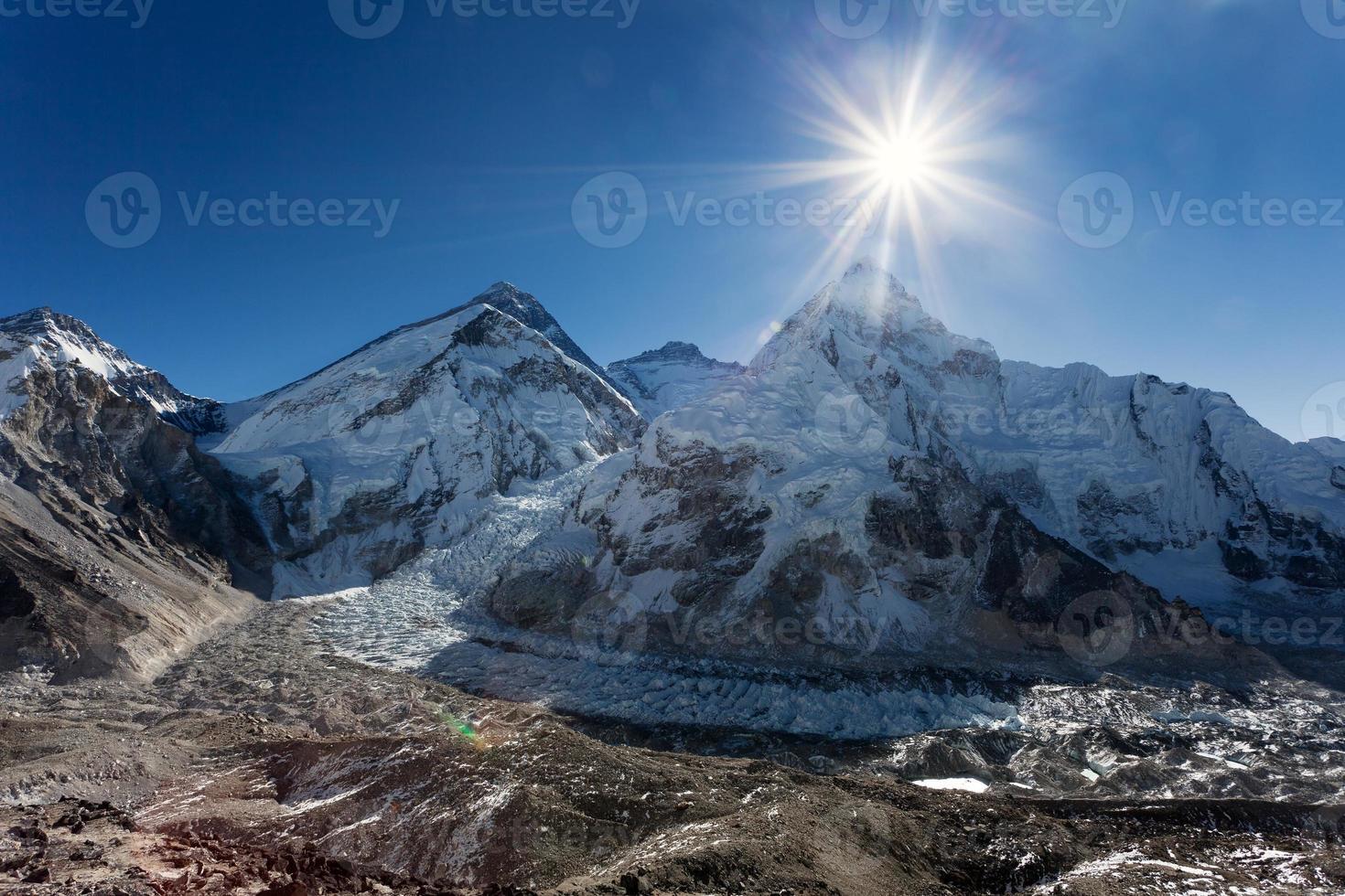sol da manhã acima do monte everest, lhotse e nuptse foto