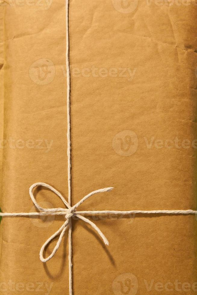 fio de barbante em torno de um envelope de papel pardo clássico foto