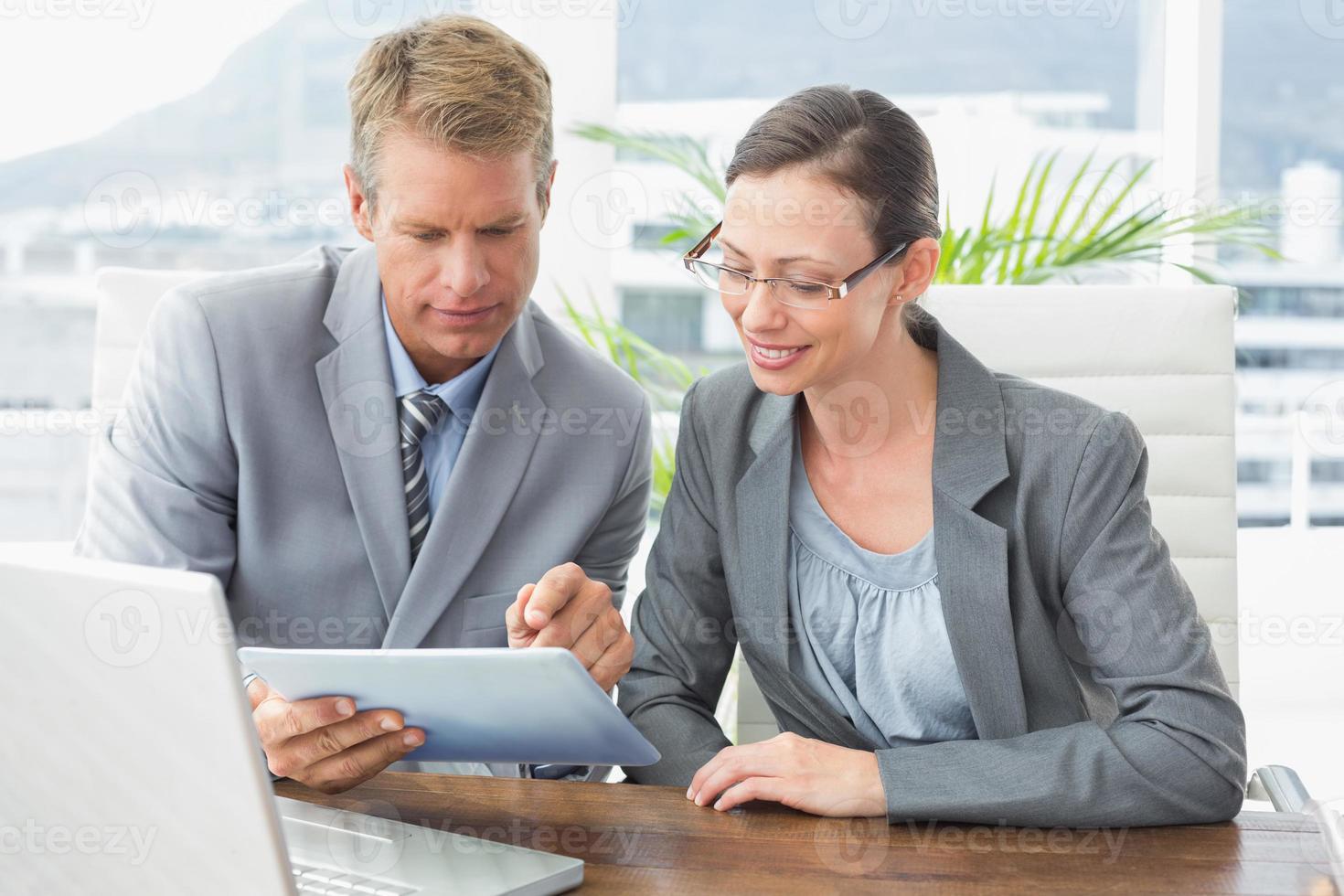parceiros de negócios trabalhando juntos foto