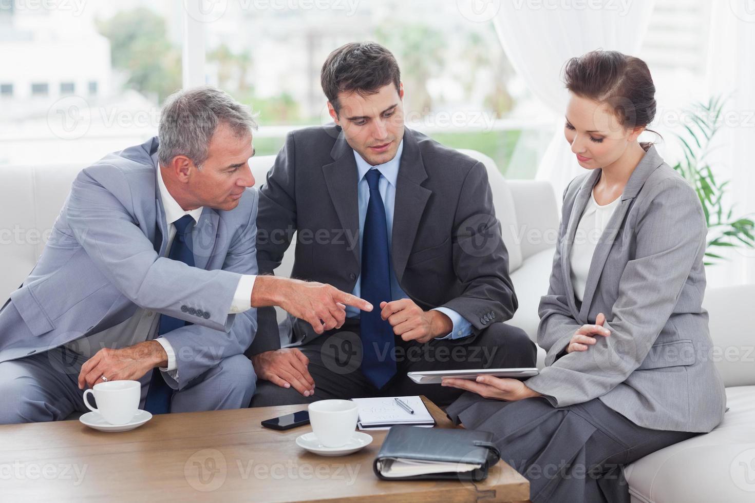 equipe de trabalho tendo uma reunião juntos foto
