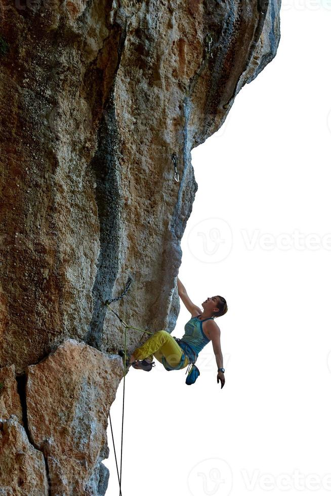 alpinista subindo um penhasco foto