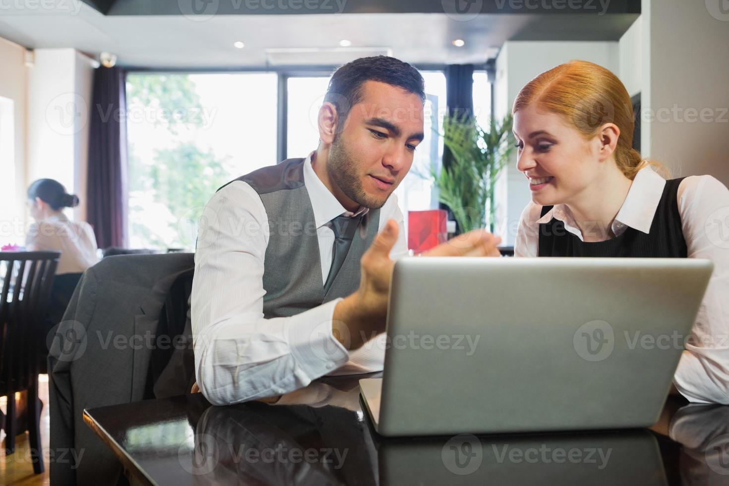 duas pessoas de negócios em um restaurante trabalhando juntos foto