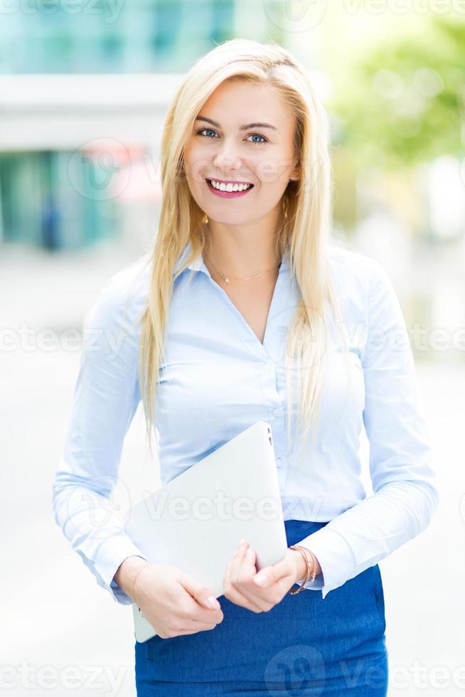 jovem empresária ao ar livre foto