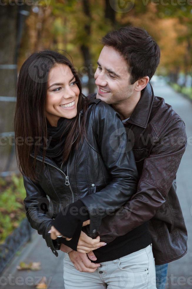 casal tendo data ao ar livre foto