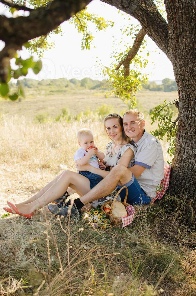 família em um piquenique foto