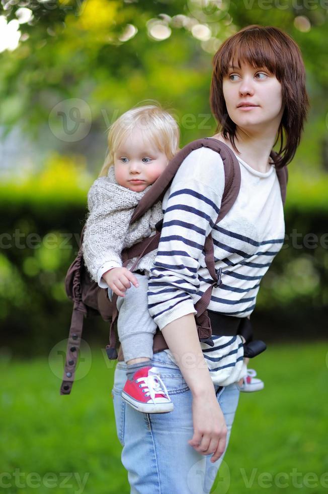 jovem mãe com seu filho bebê foto