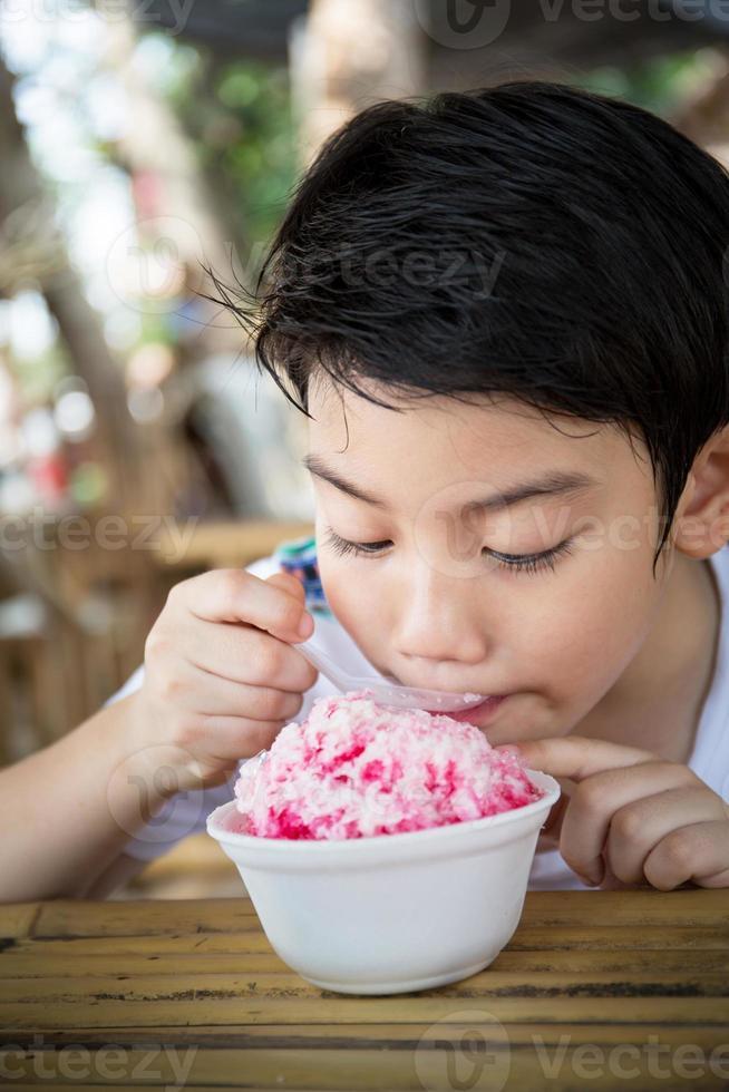 pequena criança asiática com sorvete foto